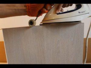 kak-poshagovo-prikleit-zerkalo-k-dverce-shkafa-2-300x225.jpg