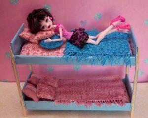 сделать двухъярусную кровать для кукол