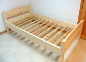 кровать из досок