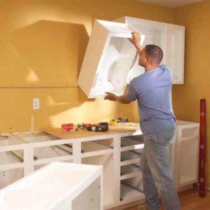 верхними и нижними шкафами кухни